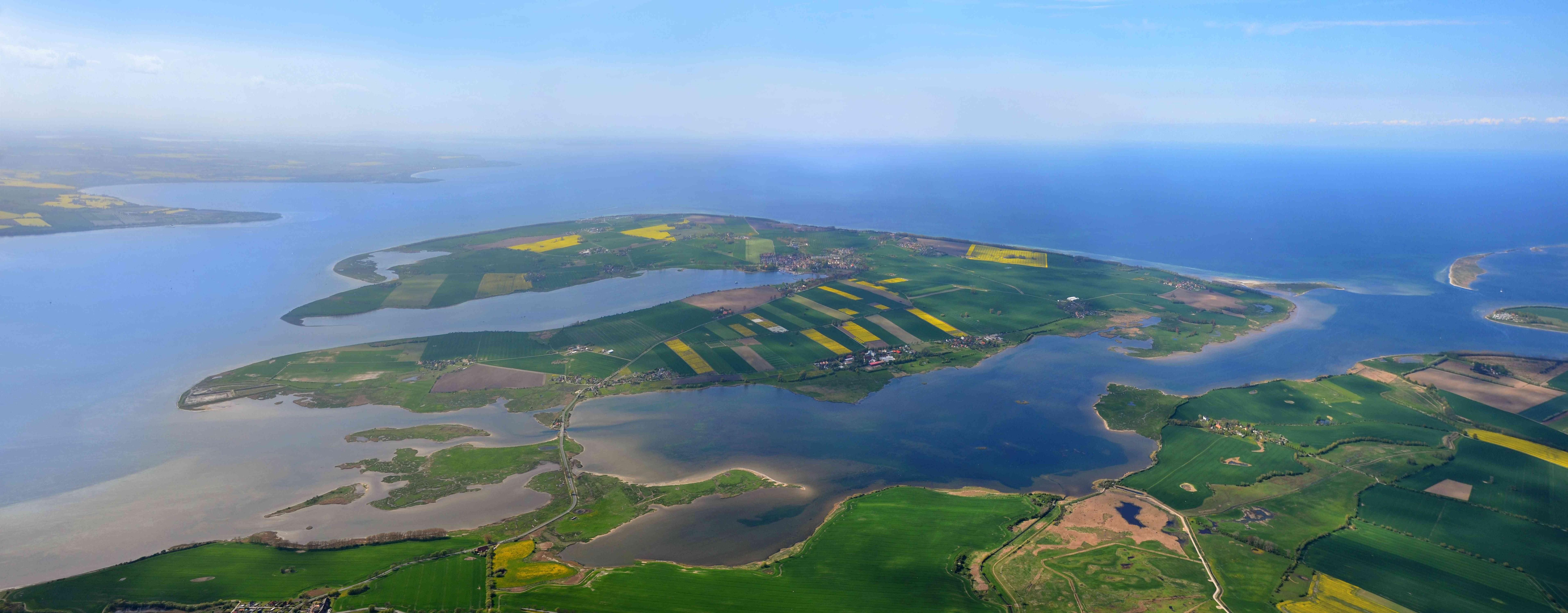 Die Wismarer Bucht in der Ostsee mit der Insel Poel aus der Vogelperspektive.